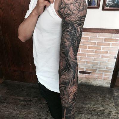黑白凤凰花臂纹身图