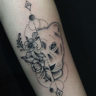 清新狮子玫瑰纹身图