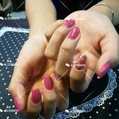 纯色优雅粉美甲款式图