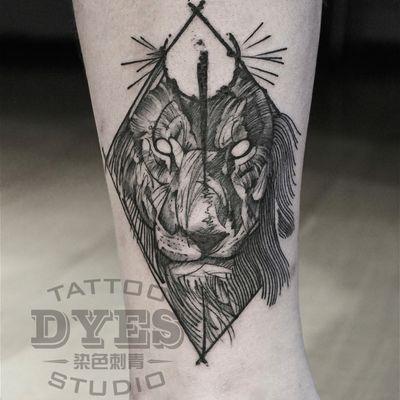 设计型线条狮子纹身款式图