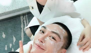 张桂蓉医生&时尚美妆博主@从良良先生体验水光针治疗过程。