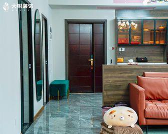 130平米三室一厅新古典风格客厅图