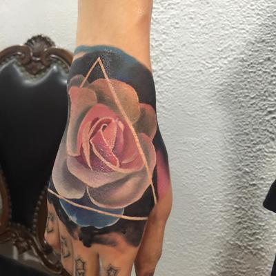 欧美玫瑰写实纹身款式图