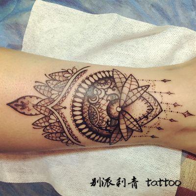 手臂梵花精致纹身图