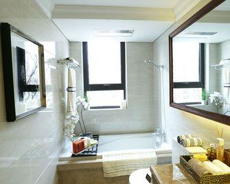 富裕型140平米四室两厅美式风格卫生间装修图片大全