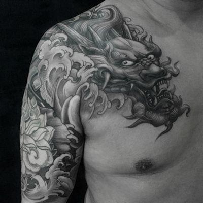 半甲过肩龙黑白纹身图