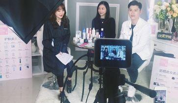 张桂蓉医生參加一个美妆丽人丽妆 的直播,与大家分享選擇美白產品的正確觀念。