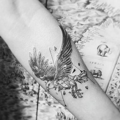 几何鹰纹身图
