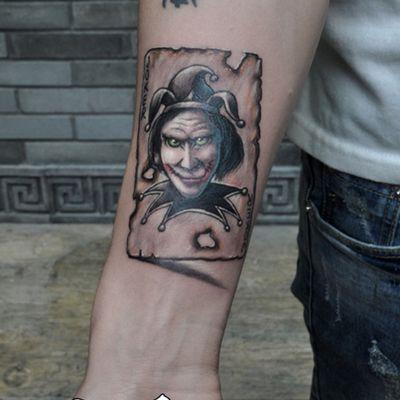 手臂小丑扑克纹身款式图