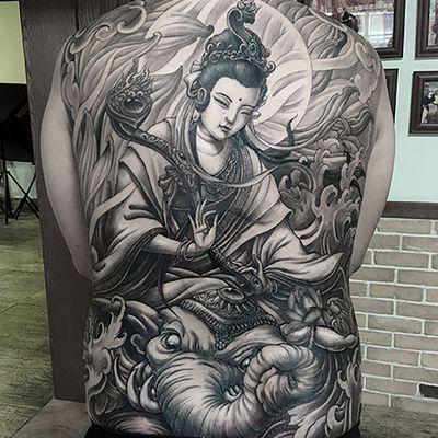 黑白菩萨满背纹身图